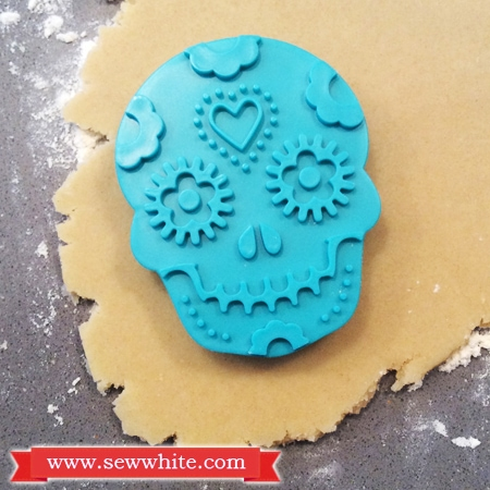 Sew White Day of the dead vanilla and ginger biscuits 2