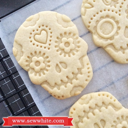 Sew White Day of the dead vanilla and ginger biscuits 5