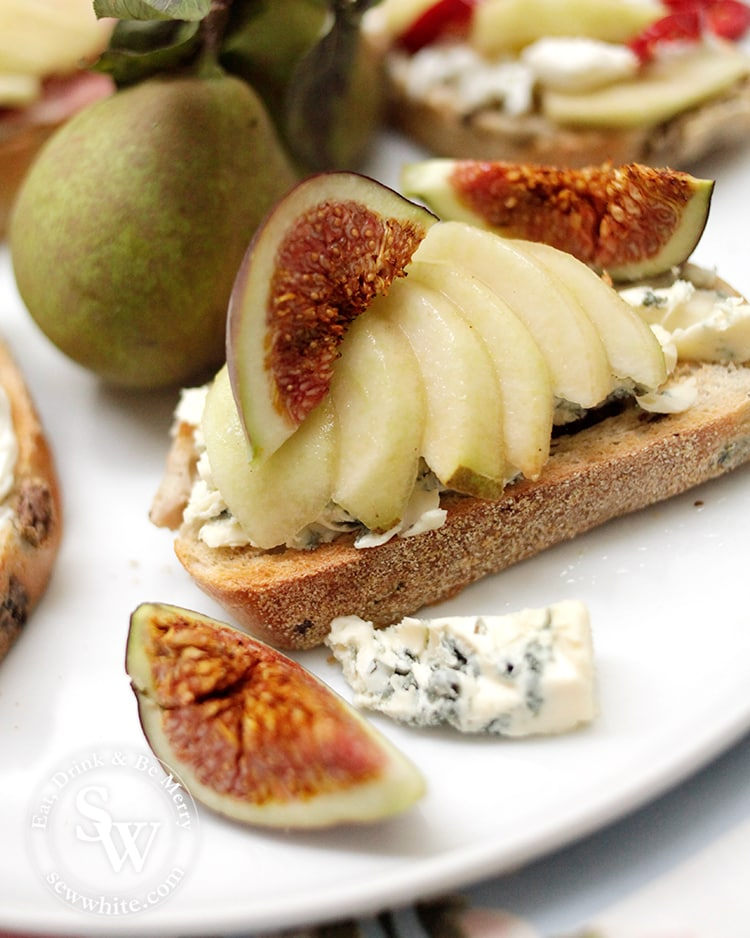 Close up of the figs and blue cheese on sourdough toast.